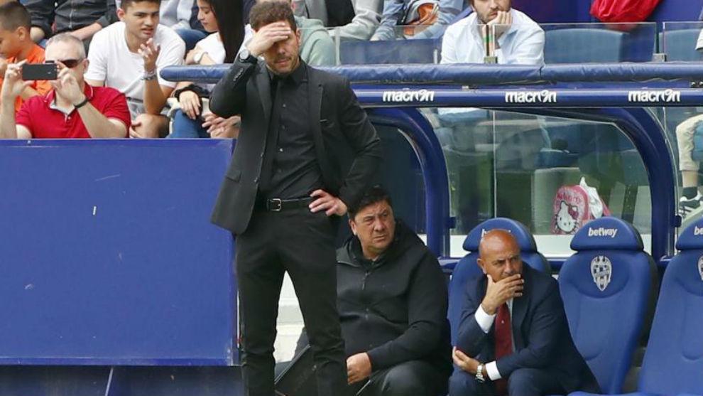 Simeone sigue el partido desde el banquillo del Ciutat de Valencia.