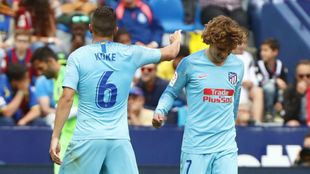 Griezmann y Koke durante el partido ante el Levante.