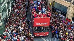 El autobús con los jugadores de Osasuna celebrando el acenso de hace...
