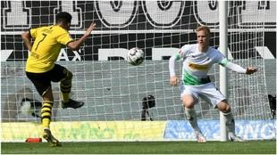Jadon Sancho marca el 0-1 contra el Gladbach.