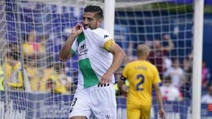 Zarfino celebra el gol del Extremadura besándose el escudo del equipo