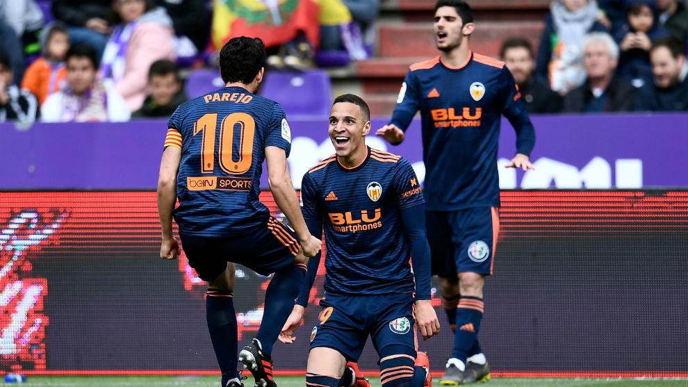 Parejo y Rodrigo celebran el segundo gol del partido.