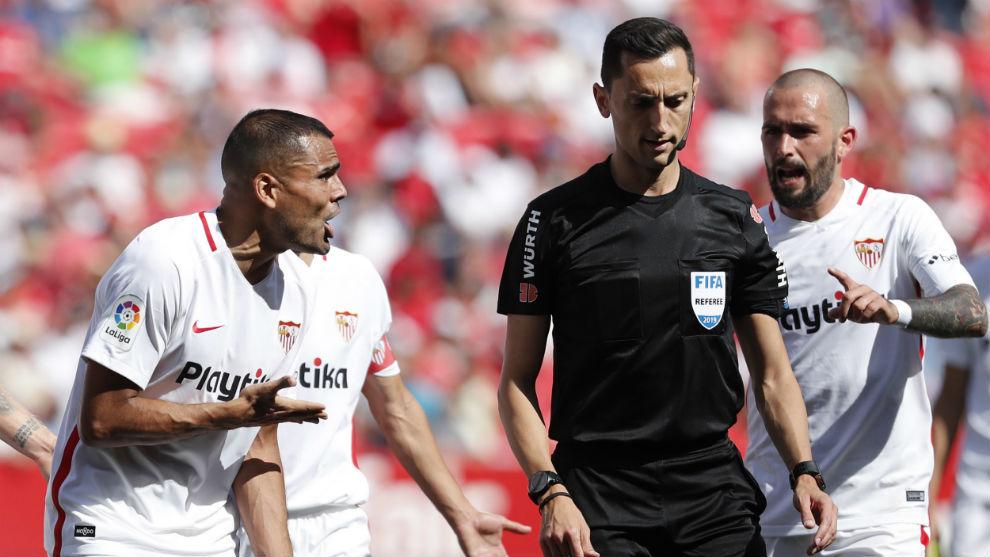 Gabriel Mercado (32) protesta la acción del penalti anulado ante el...