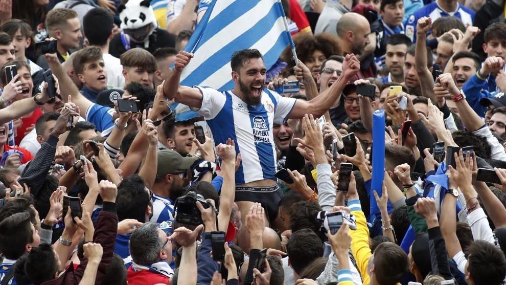Borja Iglesias, entre la afición.