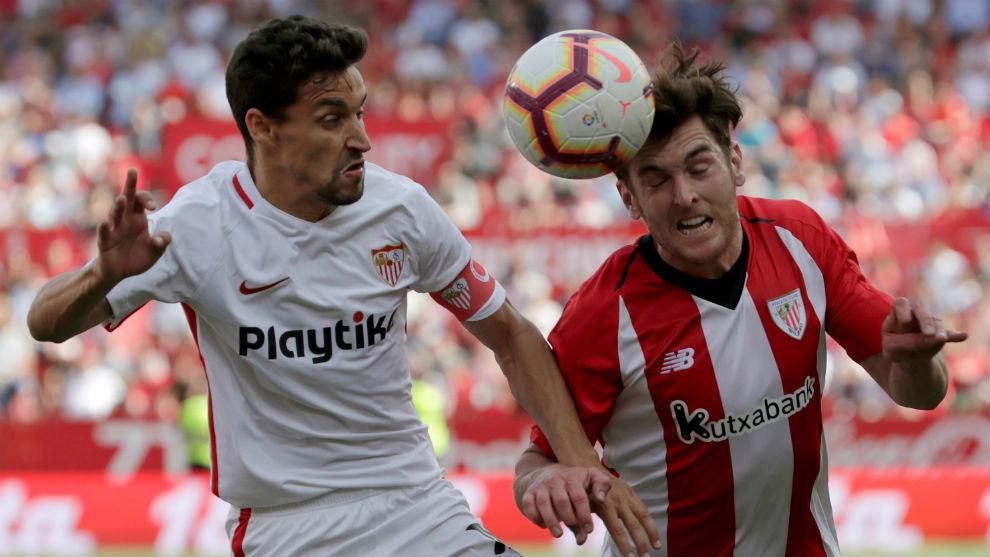 Navas (33) e Ibai Gómez (39) disputan el balón en el...