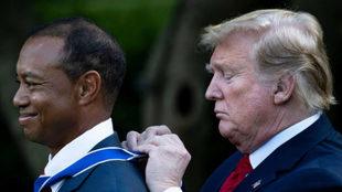 Donald Trump inviste a Tiger Woods con la medalla de la libertad.