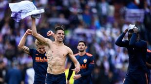 Paulista celebra la victoria con la afición del Valencia en Zorrilla.
