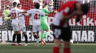 Aduriz se lamenta con los jugadores del Sevilla celebrando el 2-0.