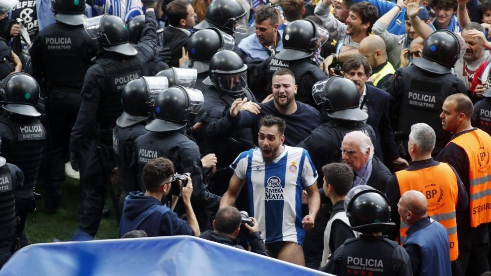 Borja se dirige al túnel de vestuario, tras la celebración con la...