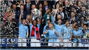 La plantilla del Manchester City, con el título de la FA Cup.
