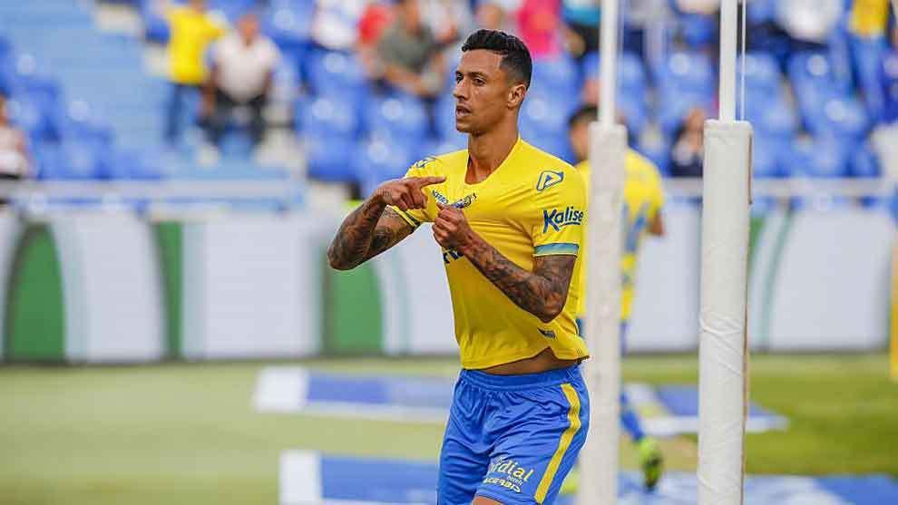 Maikel Mesa celebra señalando el escudo de la UD su reciente gol al...