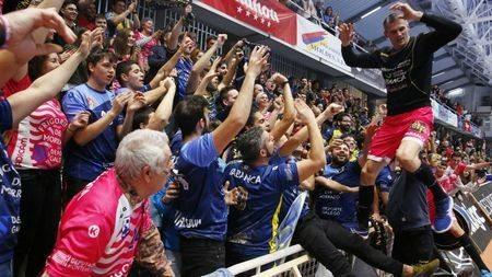 La afición del Cangas celebra la permanencia con Muratovic /