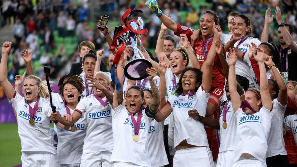El Olympiqye Lyonnais levantando la Copa de Campeón de Europa.