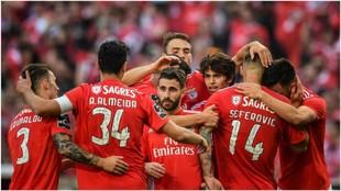 Los jugadores del Benfica celebran el gol de Rafa Silva.