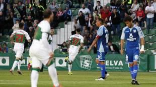 Josan celebra el primer gol del Elche ante la desolación de Suso y...