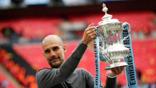 Guardiola, con el trofeo de la FA Cup /