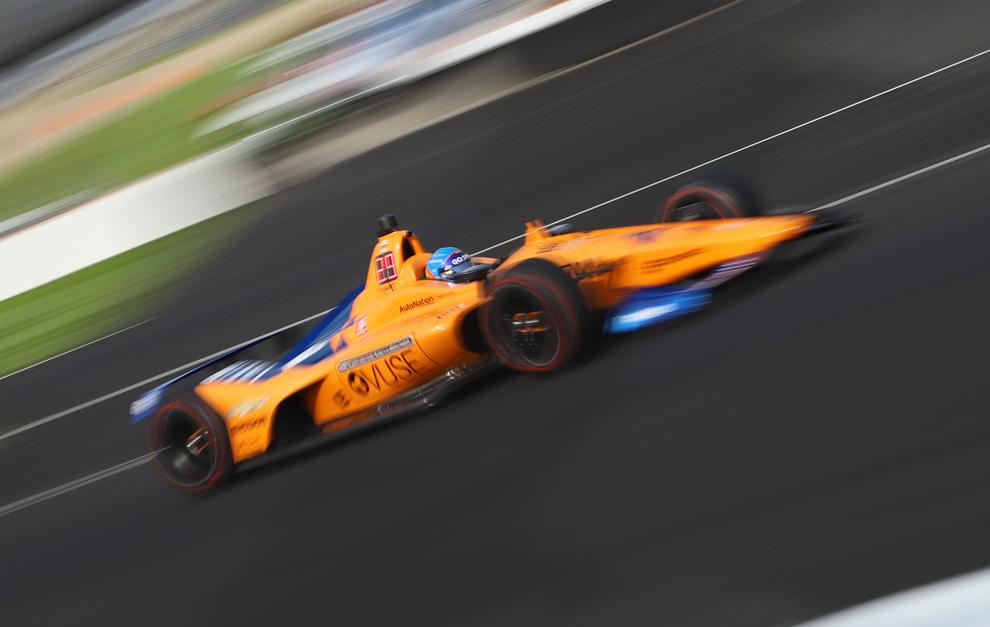 Alonso y su McLaren en el óvalo del IMS.