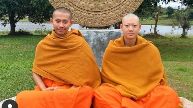 Jazz Janewattananond, a la derecha, en su experiencia budista.