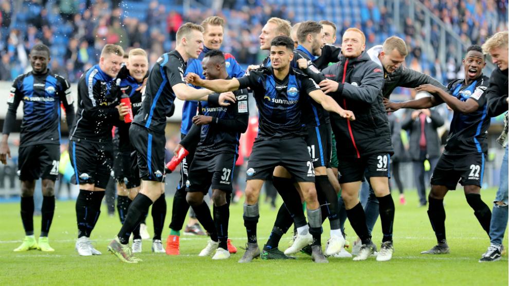 Los futbolistas del Paderborn celebran una victoria de esta temporada