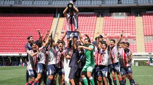 El equipo infantil de Chivas celebra el título en casa.
