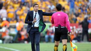 Diego Alonso reclama una jugada.