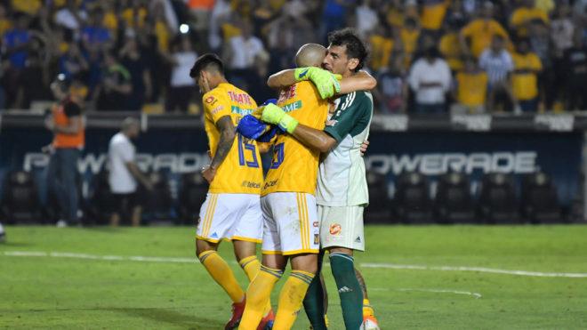 Guzmán se abraza con Torres Nilo.
