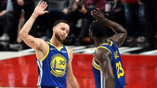 Curry y Green se felicitan tras la victoria de los Warriors