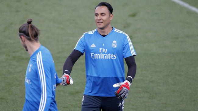 Bale y Keylor se saludan durante el último entrenamiento en...