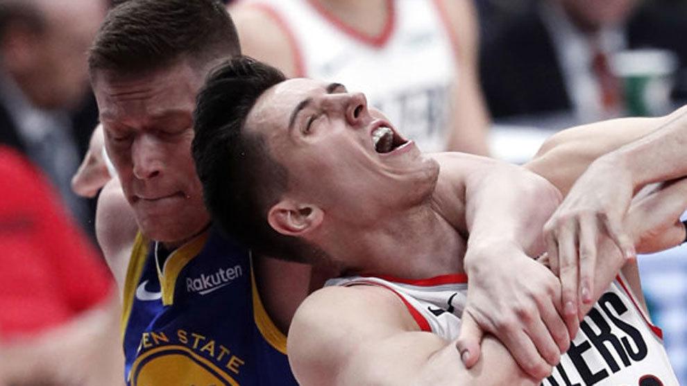 Jerebko agarra a Collins en la lucha por el rebote