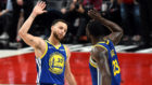 Curry y Green se felicitan tras la victoria de los Warriors