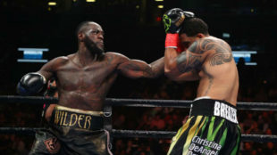 Wilder carga la derecha para golpear.