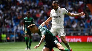 Carvajal derriba a Loren durante el partido de hoy.