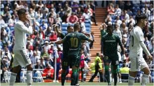 Andrés Guardado celebra uno de los goles del Betis contra el Real...