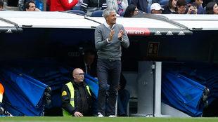 Setién aplaude a sus jugadores en el Bernabéu.