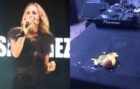 Marta Sánchez y uno de los huevos que le lanzaron al escenario