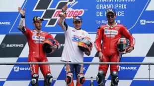 Márquez, en el podio de Le Mans, flanqueado por Dovi y Petrucci.