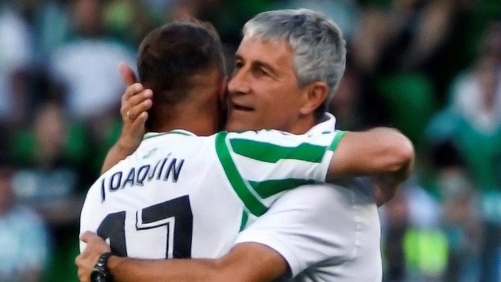 Setién y Joaquín se abrazan en un partido del Betis.