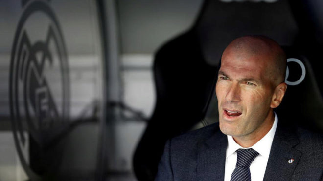 Zidane, en el banquillo ante el Betis.