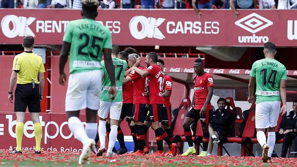 Los jugadores del Mallorca celebran el gol de Salva Sevilla