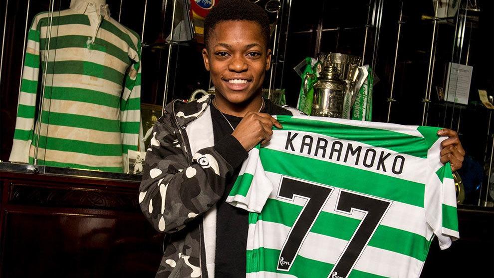 Karamoko Dembélé después de firmar su primer contrato profesional...