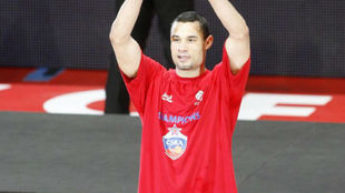 Trajan Langdon levanta el premio al MVP de la Final Four de la...