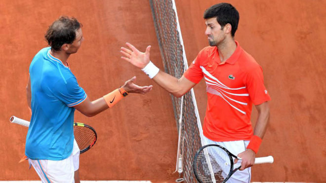 Rafa Nadal y Novak Djokovic se saludan tras la final en el Foro...