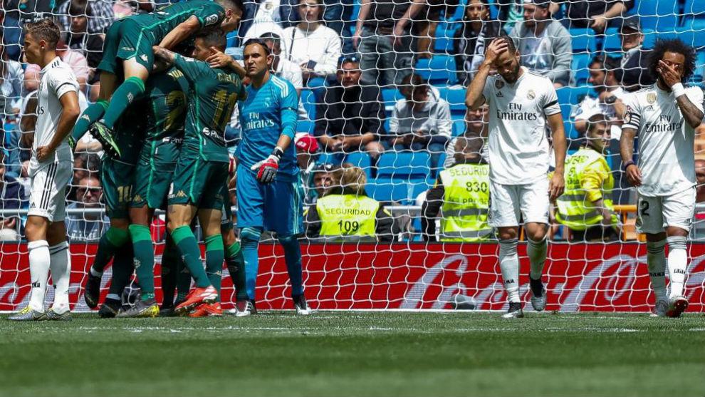 Los jugadores del Real Madrid muestran su desesperación tras un gol...