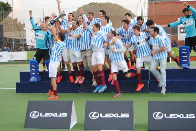 Los jugadores del Egara celebran el título liguero.