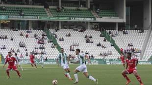 Una imagen del choque entre Córdoba y Nástic en un Arcángel casi...