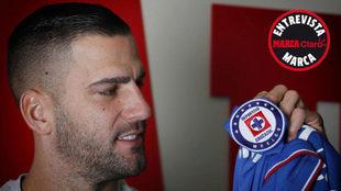 Edgar Méndez posa con el escudo de la camiseta de Cruz Azul /