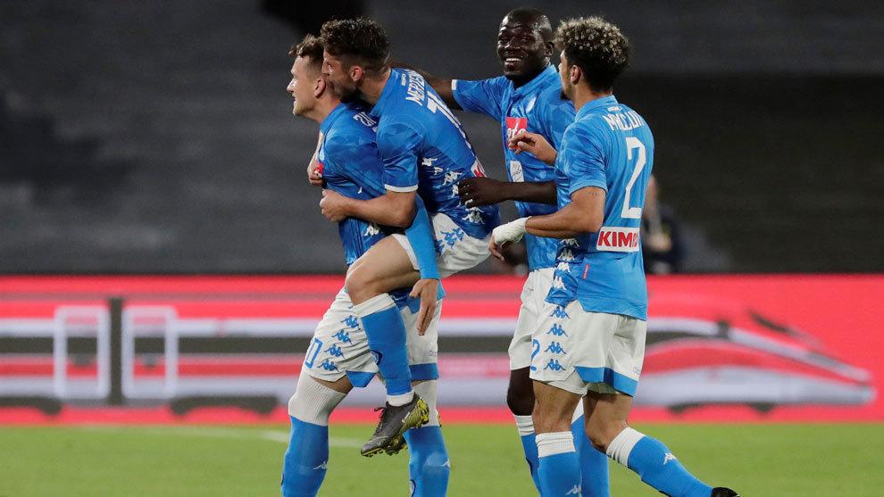 Los jugadores del Nápoles celebran uno de los tantos al Inter /