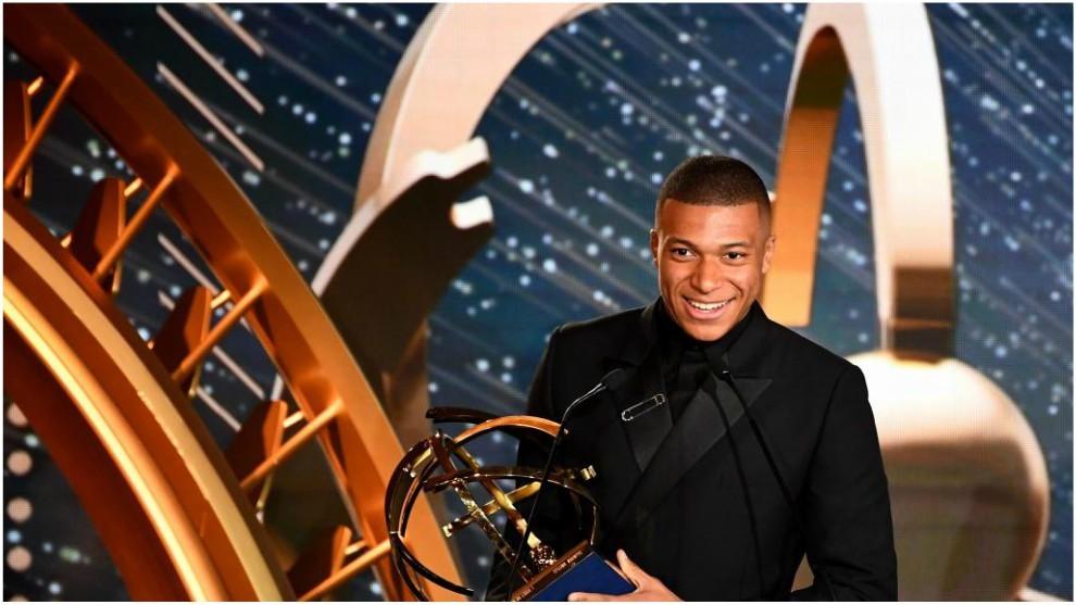 Kylian Mbappé recoge el premio que le acredita como 'MVP' de la Ligue...