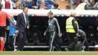 Bale, con el chándal, durante el partido con el Betis.