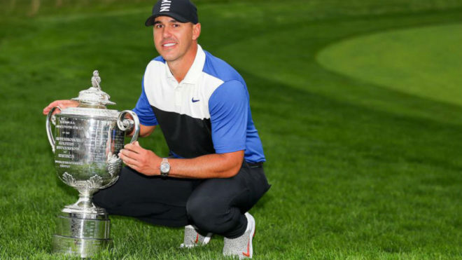 Brooks Koepka posa con el Wanamaker Trophy que premia al ganador del...